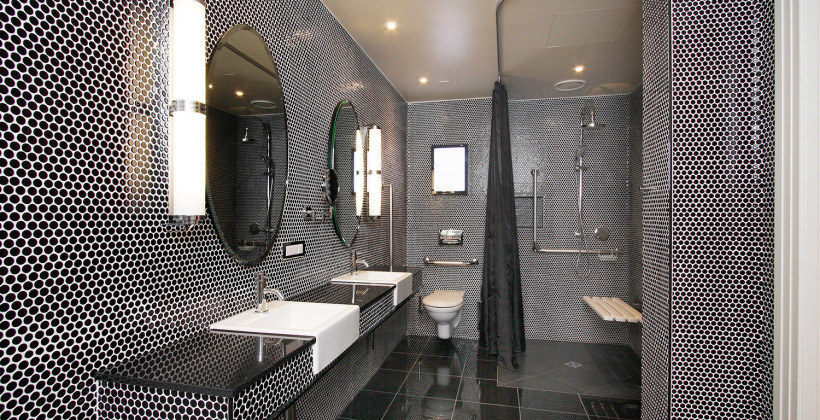 hotel-debrett-accessible-suite-bathroom-820x420.jpg